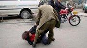 男子街头殴打妻子后被儿女追打