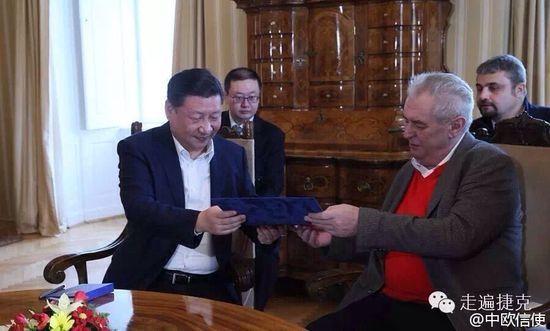 中国与捷克两国领导人互赠礼品曝光