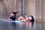 画家在废弃建筑外墙手绘美女出浴图