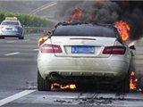奔驰车被刮碰后起火