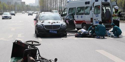 罡罡好:百万婚车撞上老人 逆行骑车谁有责?