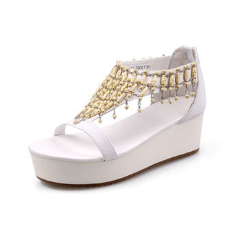 平跟厚低白色凉鞋