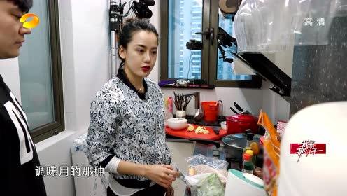 钱枫和女生朋友一起做饭~钱妈妈开心:都叫我们老钱了