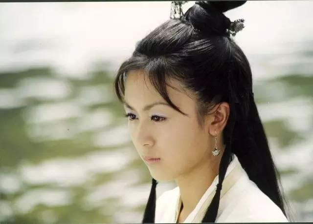 《牛郎织女》里,唐宁饰演的小喜鹊甜美可人,透着邻家妹妹的可爱感.
