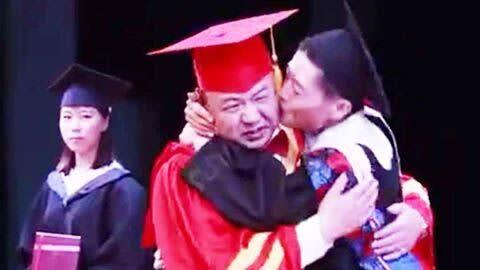 男生毕业典礼强吻校长