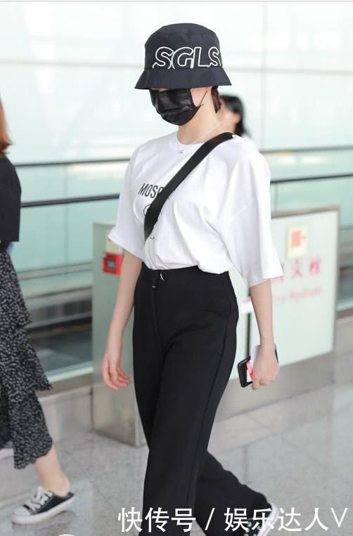 李子璇穿白色短袖T恤,呈现独特的少女气息,真是一股清流