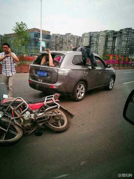 【转】北京时间     摩托车追尾轿车:1人撞后备箱1人飞车顶 - 妙康居士 - 妙康居士~晴樵雪读的博客