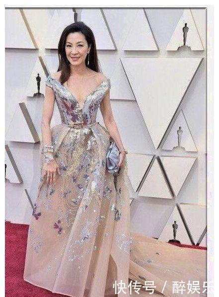 57岁杨紫琼淡妆出镜拍大片,当镜头怼到脸上,网友:王的女人!