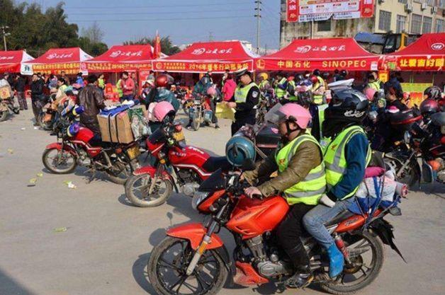 60万摩托车春节返乡大军,影响交通堵塞,该禁止摩托车吗?