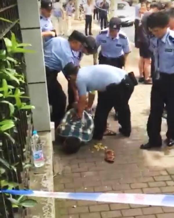 上海一男子在小学门口持刀伤人致两名小学生死亡