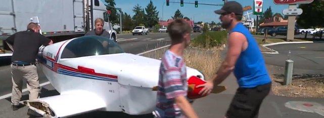 飞机熄火失控,飞行员极限操作避开电线路灯,在马路上安全降落