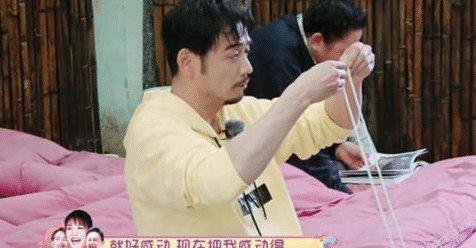 杨烁帮忙穿鞋带王黎雯感动哭, 陈芊芊不解 我老公洗鞋都是应该的!
