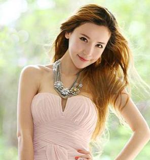 发型二:温婉甜美的粉色系造型, 打造乖巧而且可爱的伴娘发型,蓬松感