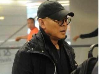 李连杰现身上海机场,一身着装引起网友热议