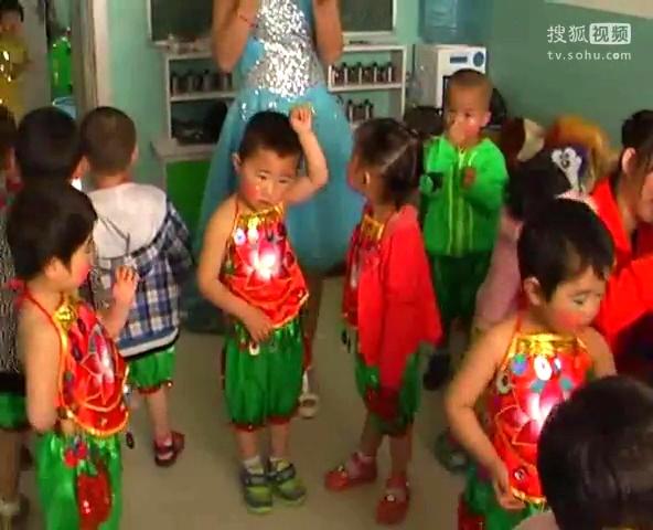 金龟子幼儿园六一儿童节文艺汇演宝贝们化妆呢