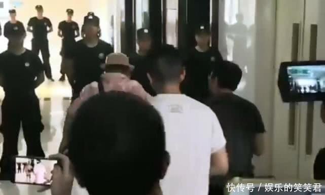 任达华所在医院配备十名保安加强戒备,工作人员以为行凶者是领导