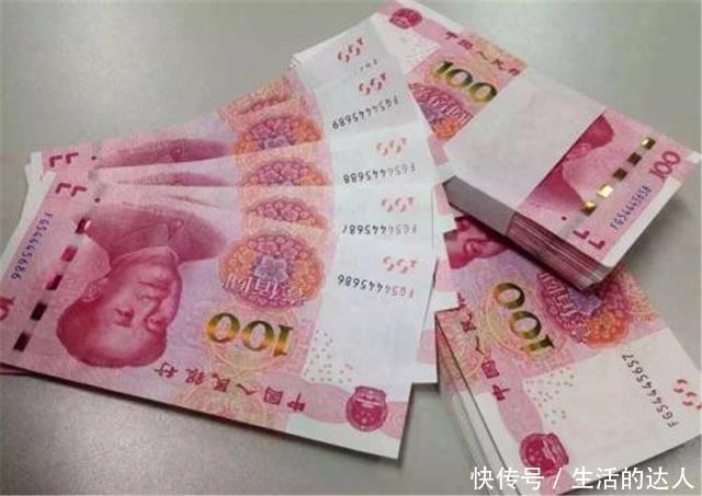 老母亲找儿子要钱看病,儿子却让她写借条,回家拿出钱一看傻了