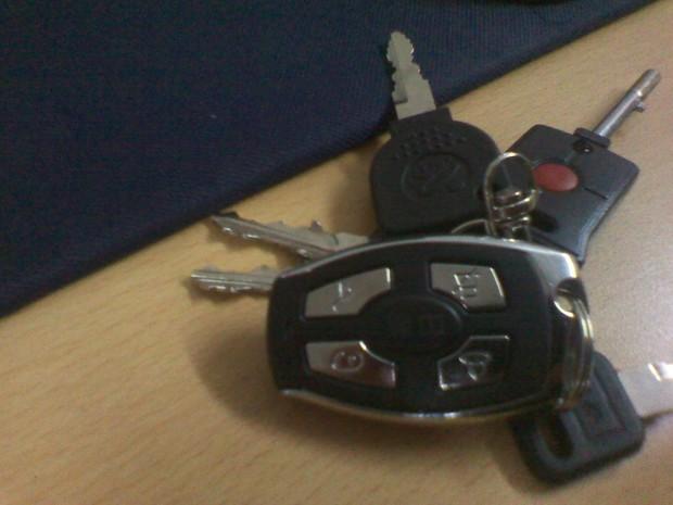 新日电动车遥控钥匙电池怎么拆