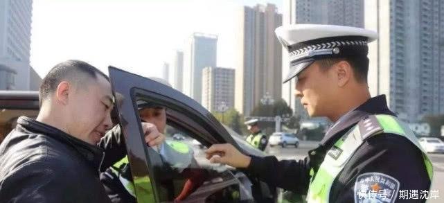 交警提醒:车窗清洁行动开启!挡风玻璃上标志该扔就扔,互相转告