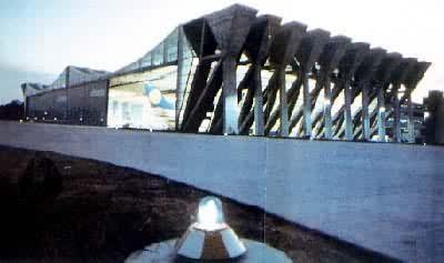 (见彩图)  除上述各种悬索外,还有一种结构是利用钢索来吊挂混凝土