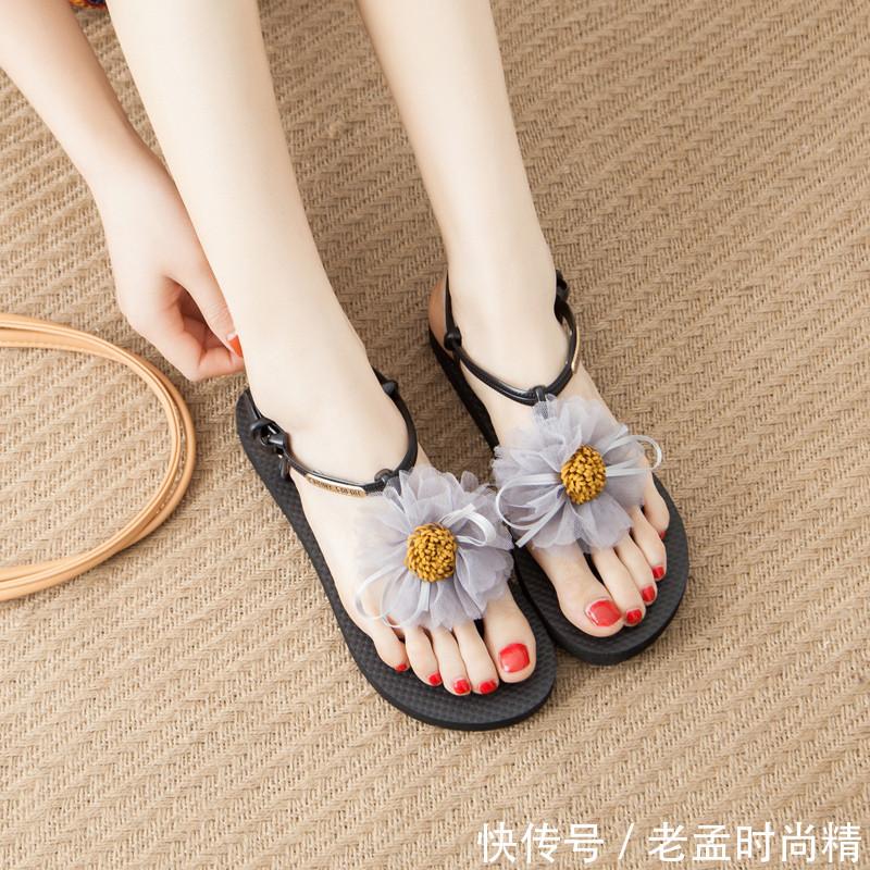 """又出一新型鞋: 叫""""美脚鞋"""", 适合四五十岁女人穿, 显高又清新"""