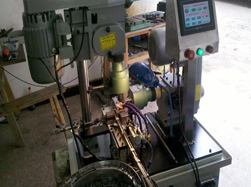 触摸屏,机台,振动盘[1]等部件组成;该设备广泛应用于机械加工,攻丝,攻