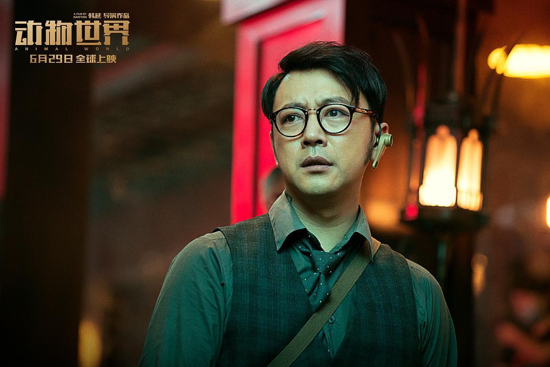 """影视 正文  曹炳琨在电影《动物世界》中饰演的李军会被观众形容为""""狼"""