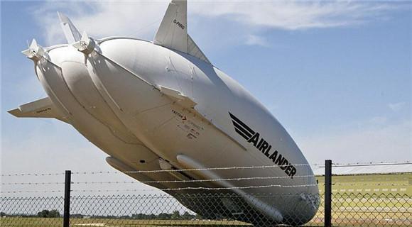 """世界最大飞行器""""飞天屁股""""试飞时撞电线杆"""