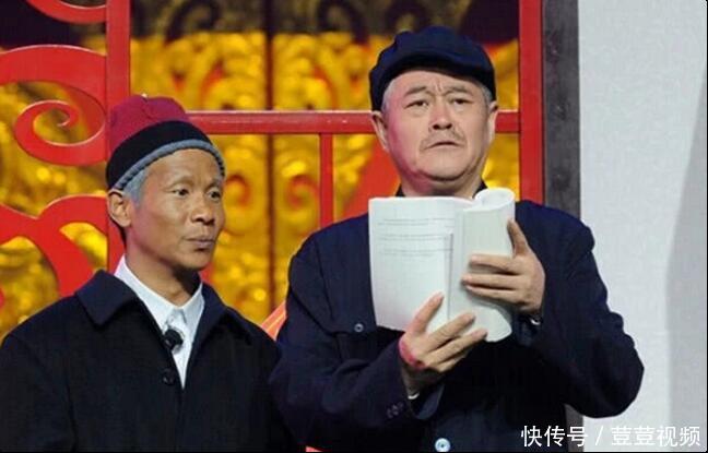 62岁赵本山拍戏片场曝光,人们只注意赵本山,忽略旁边的女助理