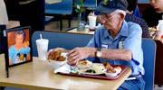 感动!93岁爷爷携老伴遗像进餐