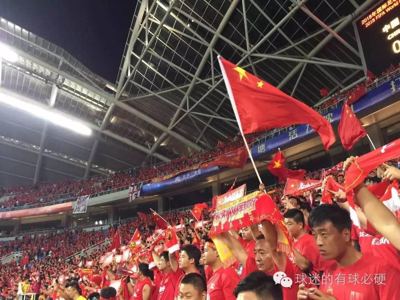 9月1日,客场对阵韩国,我们看到中国球迷们在球队落后时还在呐喊,还在给予球队最大的支持。但是,网上的质疑声却一直都没有停止过。对阵韩国,实力之间的差距不是靠精神就可以弥补的。但是,那场比赛,我们看到了中国队的拼搏,因为没有放弃,所以创造奇迹。