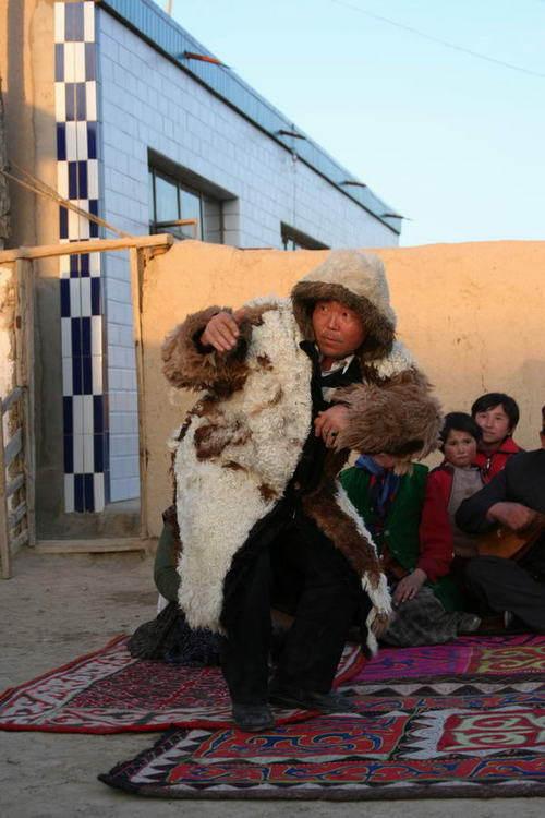 产生了许多装扮或模仿动物的姿态所形成的舞蹈