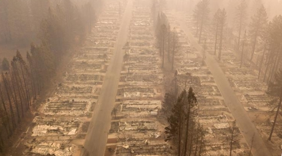 """航拍加州山火肆虐社区 天堂镇变""""地狱"""""""