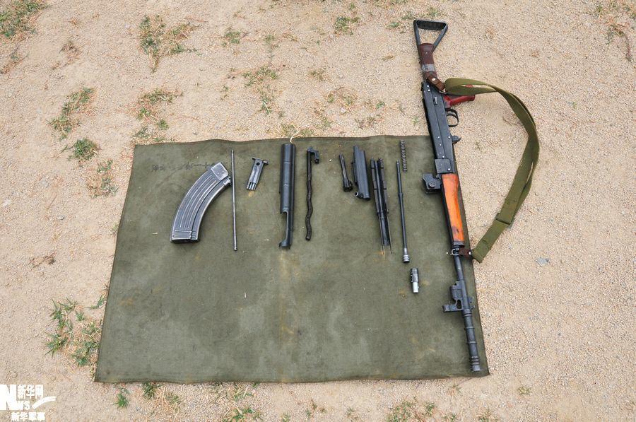 采用折叠金属枪托的称81-1式自动步枪(又称八一杠)