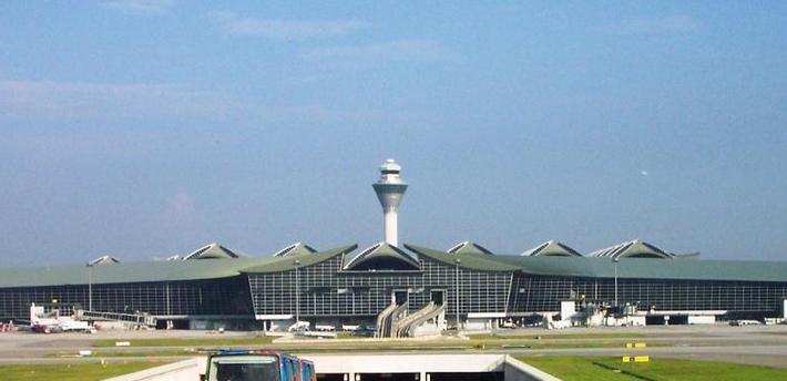因甚多,例如新机场将会离吉隆坡市中心70公里,非常不方便;整个计划的开销非常大等。另外,也有人认为梳邦国际机场还有空间扩大,无需另建新机场。当此计划正在进行的并开始动工的时候,梳邦国际机场正在建着第3客运大厦,于1993年12月投入服务。另外,第2客运大厦也于1995年进行了维修以及提升工作。 经过了数年的策划,吉隆坡国际机场终于在1998年6月27日正式开始投入服务,比新建的香港国际机场早了一个星期开始服务。机场启用初期曾一度出现混乱,客运大楼的电脑出现故障,而至航班资料无法显示,行李输送出现出现问题超