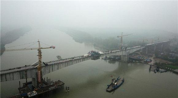 商合杭铁路跨淮河特大桥成功合龙
