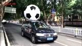 真球迷!小伙将2米足球绑车顶