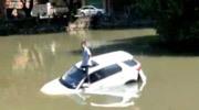 男子将新车开进河里