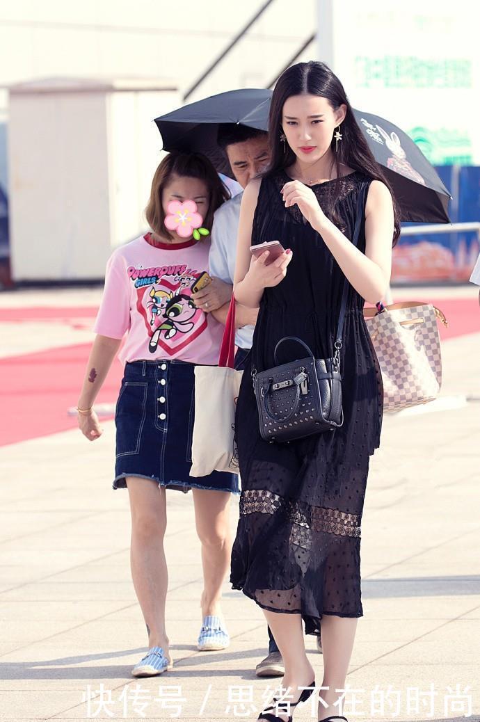 美女街拍:小姐姐们经典又不过时的穿搭方式,让自己变得年轻又时