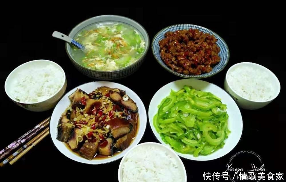 <b>一家三口的午餐,三菜一汤,都是农家菜,每道菜都好吃又解馋</b>