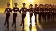 致敬滂沱大雨中的国旗护卫队