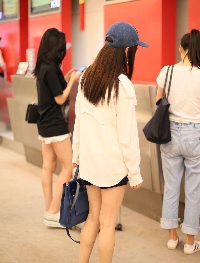 杨钰莹放开了穿!短裤几乎比上衣还要短,看到腿我瞬间闭嘴了!插图(7)