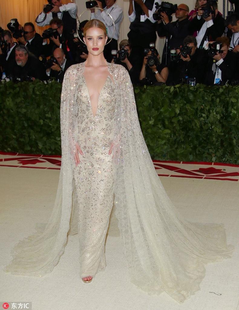 圣光绝色_明星 正文  头戴圣母头纱,身穿香槟色仙气纱质礼服,自带圣光亮相.