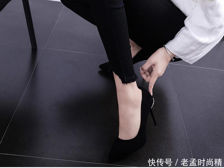 在高跟鞋后跟处围绕一圈水晶的尖头细跟高跟鞋
