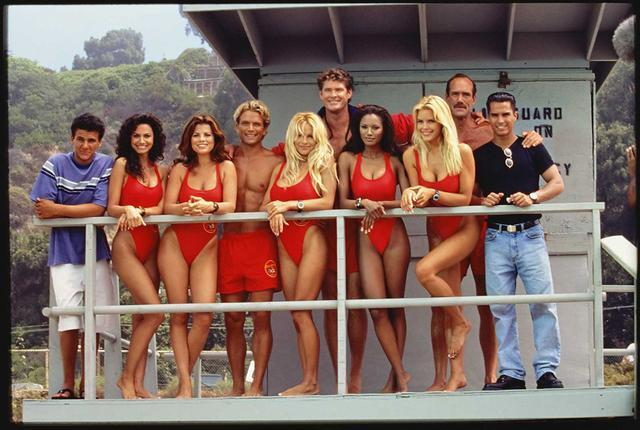 沙滩俊男美女,两版美剧《海岸救生队》,美国的救生员如此靓丽