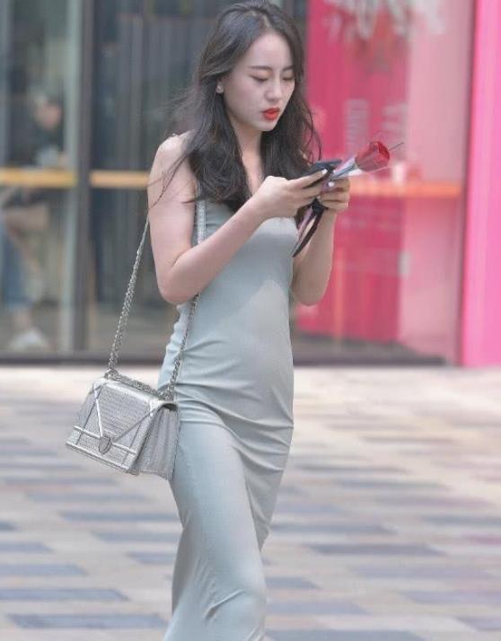 灰色丝质长裙街头摄影,红玫瑰看着很显眼!插图(3)