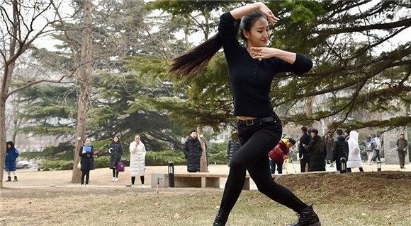 北京电影学院2018年艺考现场 考生翩翩起舞
