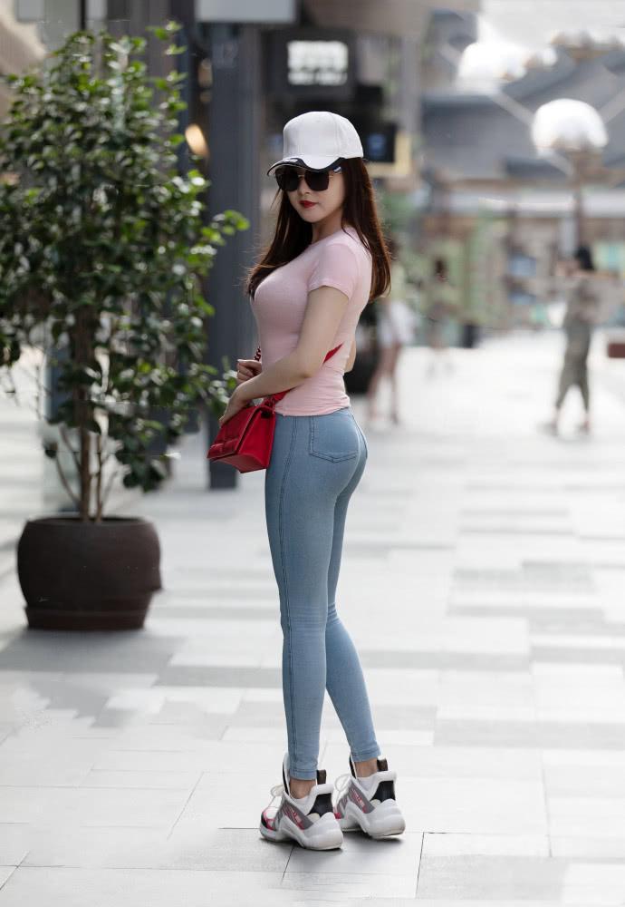 """路人街拍:健康女神的""""活力美""""穿搭,时尚感和舒适感并存!"""