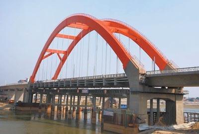 砼圬工5000方,钢结构900吨,主梁施工采用水中支架法现浇,主桥拱肋采用