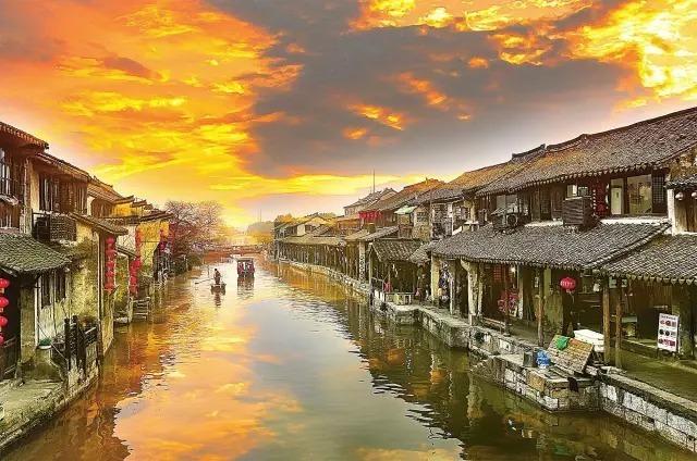 爱上一座城市,是因为什么呢?每个人都有不一样的答案。很多人爱上西塘,除了它特有的水乡韵味,大抵还是为了那里像极了丽江吧。丽江太远,趁着周末,自驾去西塘是最好不过的了。西塘旅游住宿攻略       西塘古镇位于浙江省嘉善县,江浙沪三省交界处。古名斜塘,平川,距嘉善市区10公里,是吴地汉文化的千年水乡古镇,江南六大古镇之一。       西塘全镇总面积83.